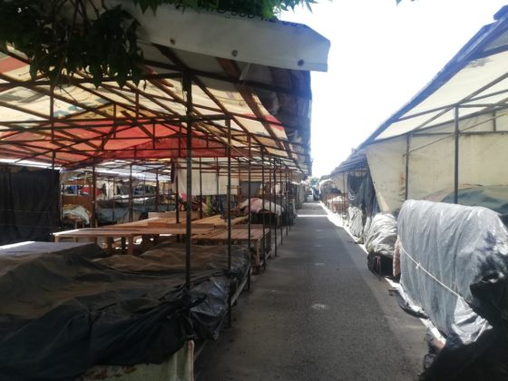 Zona cu tarabe acoperite din Targul Municipal este pustie