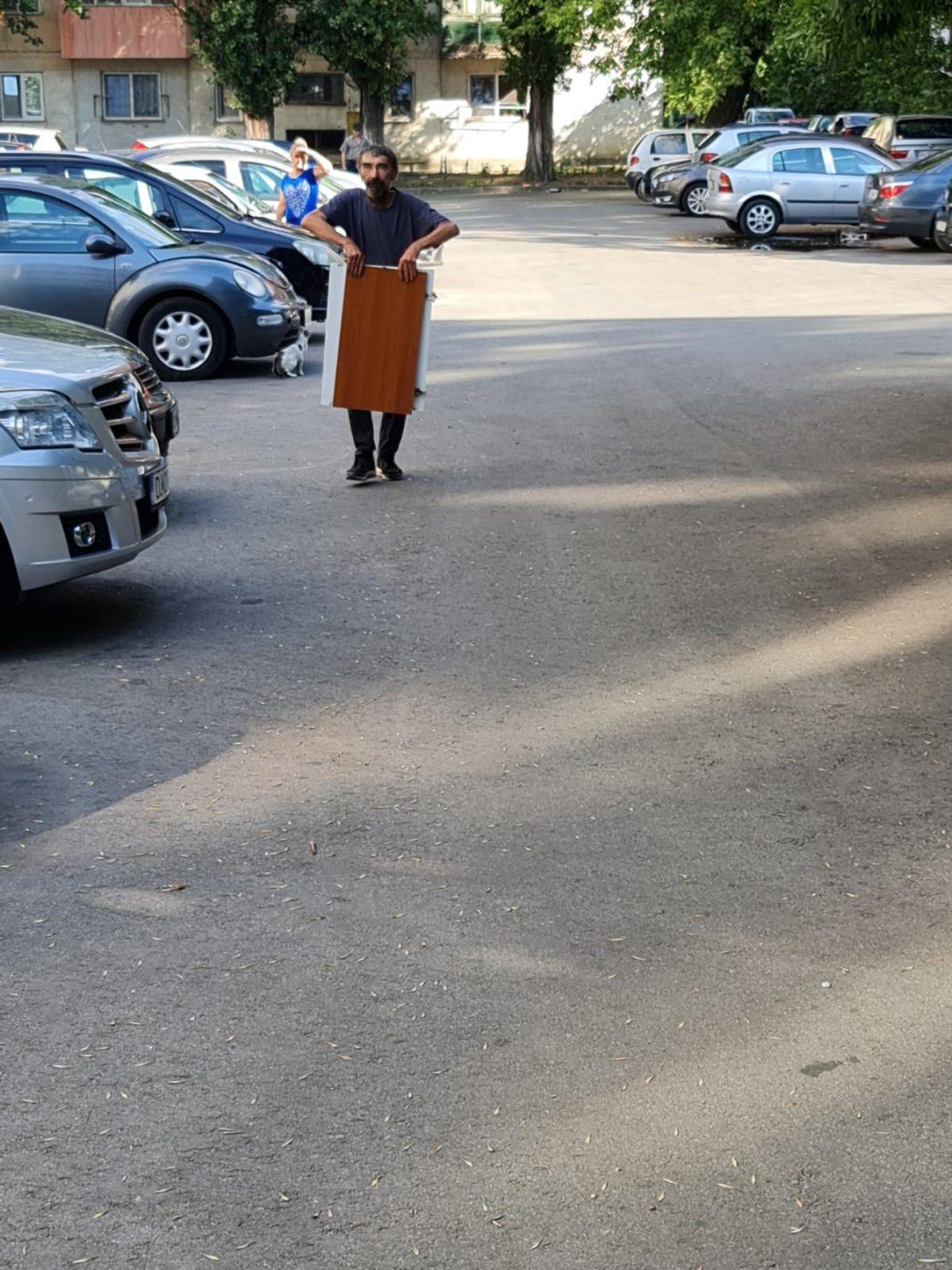 Un craiovean a fost amendat pentru că arunca mobila la platforma de gunoi