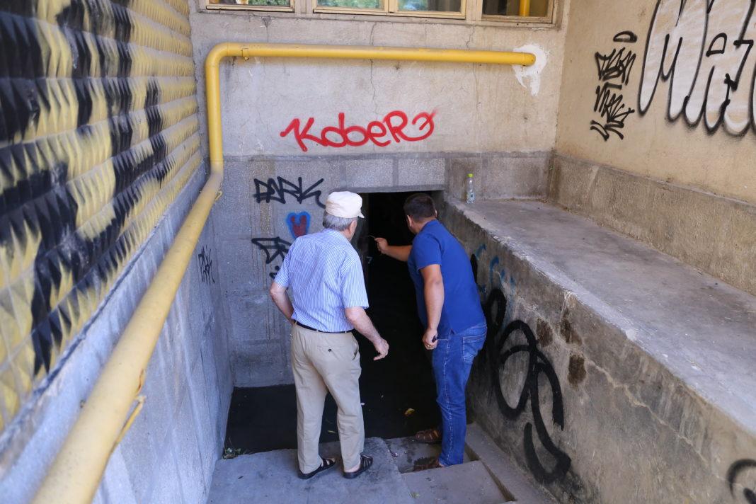 Locatarii unui bloc din Craiova, sufocaţi de mirosul subsolului inundat