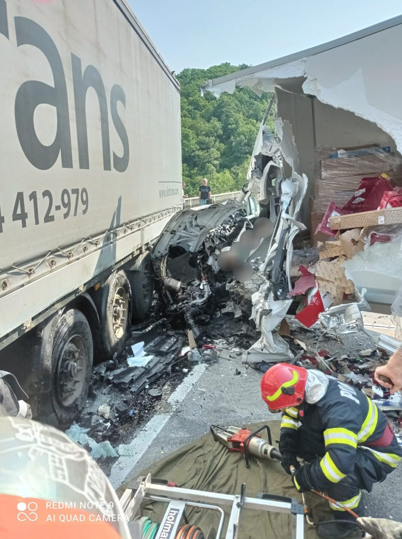 Grav accident pe viaductul Bahna. Trei autovehicule, o autoutilitară și două tiruri, implicate