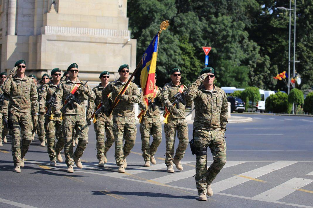 Trupele armate care și-au încheiat misiunea din Afganistan defilează pe sub Arcul de Triumf