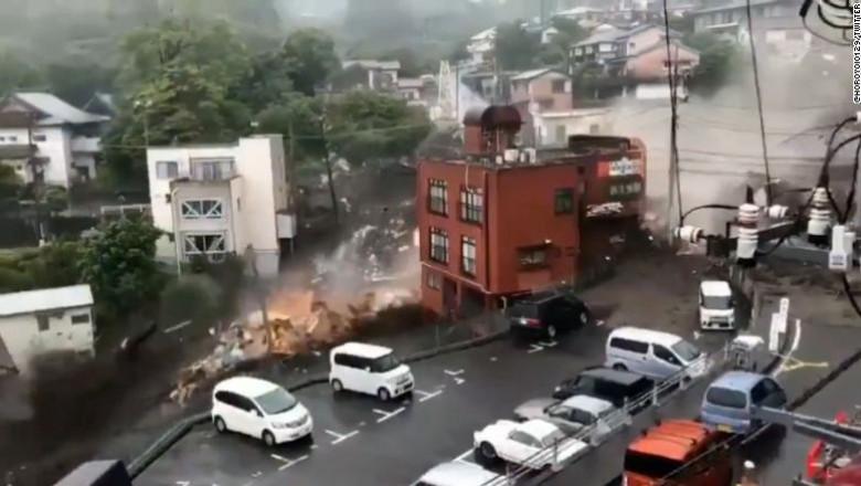 (VIDEO) Şansele de a descoperi supravieţuitori după alunecarea de teren din Japonia sunt reduse