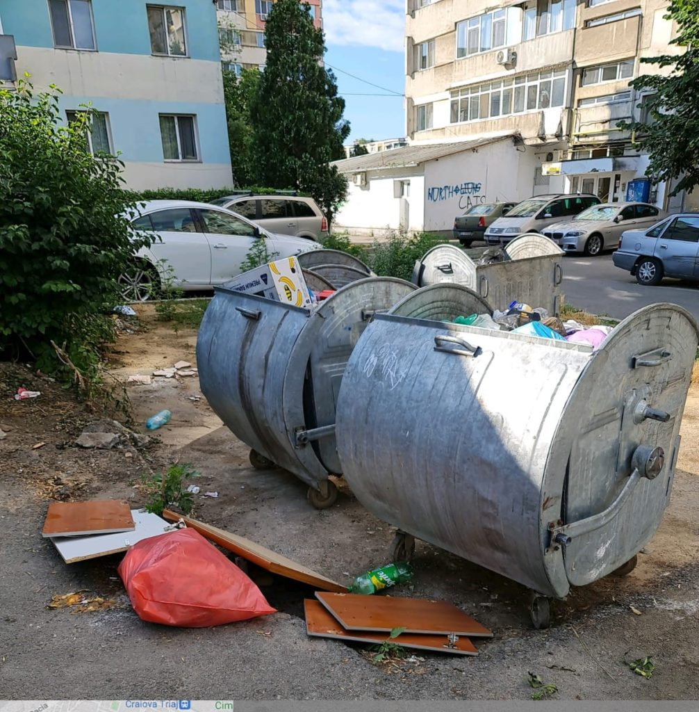 Mobilier dezmembrat aruncat la platforma de gunoi