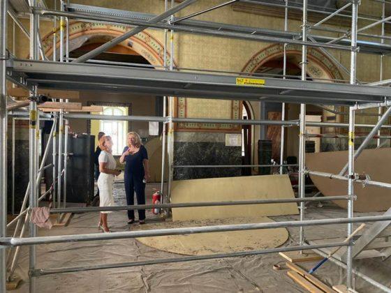 Surprize pentru constructori, după ce au răzuit pereţii interiori ai Primăriei Craiova