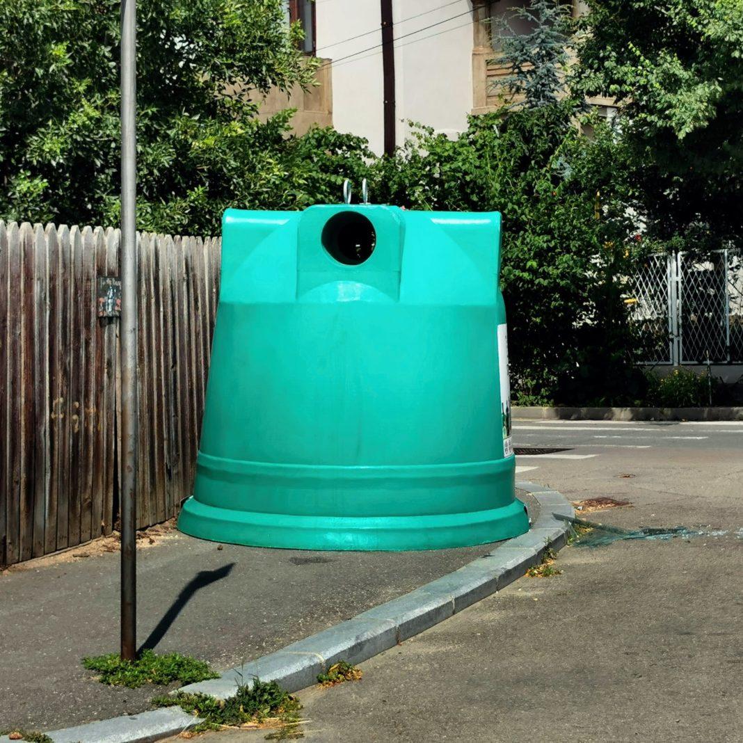 Containere pentru reciclarea sticlei, amplasate în bătaie de joc