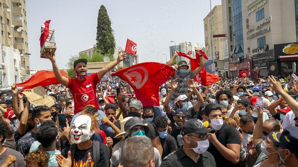Preşedintele Tunisiei l-a demis pe prim-ministru şi a suspendat parlamentul