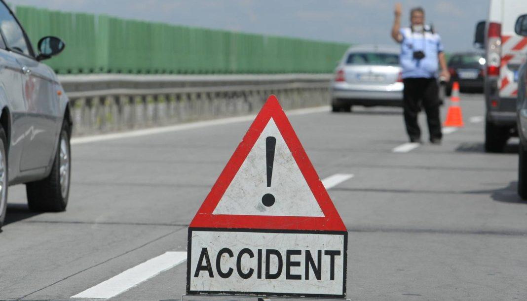 În accident au fost implicate un TIR încărcat cu gresie și faianță și un autoturism
